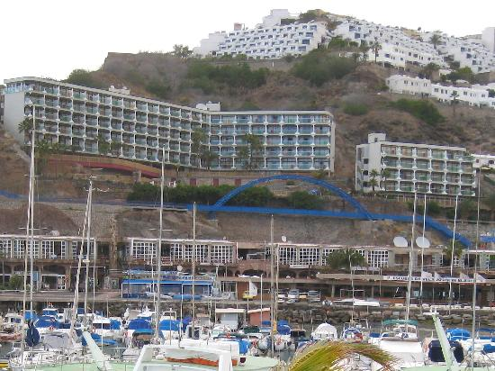 Punta del Rey : Hotellet tatt fra andre siden av havnen
