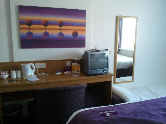 Premier Inn Newcastle Airport (South) Hotel: TV & desk area