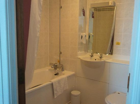 Premier Inn Newcastle Airport (South) Hotel: Spotless Bathroom