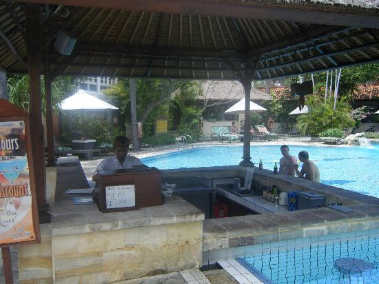 Hotel Santika Premiere Beach Resort Bali: Pool Bar