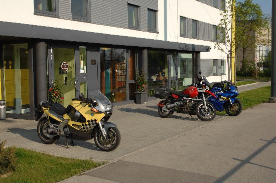 B&B Hotel Augsburg: Hotel entrance with the bikes