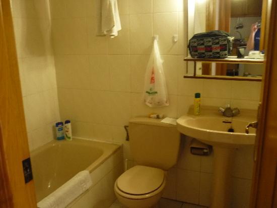 Maria Victoria Apartments: baño