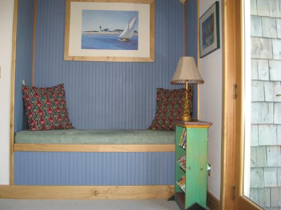 Heron's View Bed and Breakfast: Built-in daybed in south bedroom