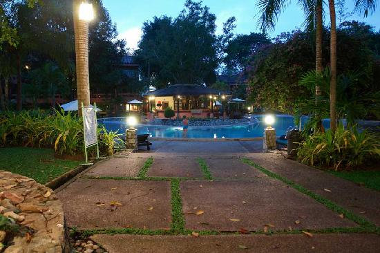 Loma Resort & Spa : Pool in the evening