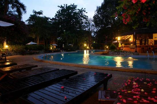 Loma Resort & Spa: Pool in the evening