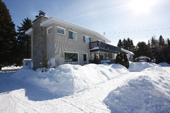 Saint Donat, Kanada: L'auberge vue de l'extérieur en plein hivers