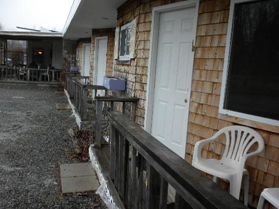 Twilite Motel: Our door - gravel parking