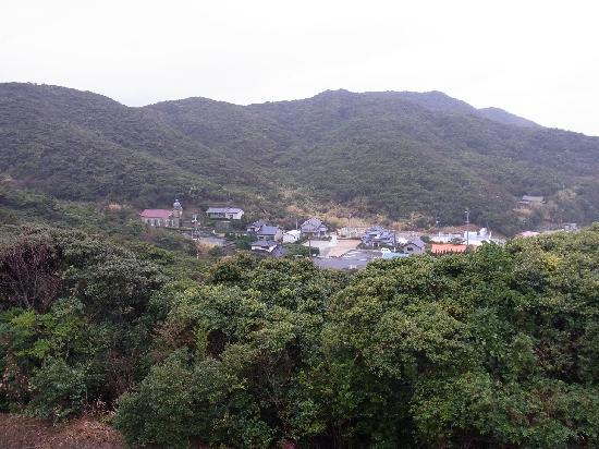 Church Tours - Shinkamigoto-cho Tourist Association: 尾根づたいから頭ヶ島教会を見渡す