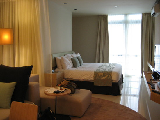 PARKROYAL Serviced Suites Kuala Lumpur: living room & bedroom