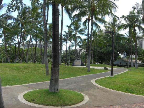 Fort DeRussy Beach Park : 公園入り口付近