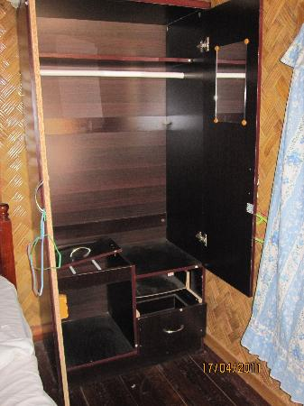 Thavisouk Riverside Hotel: broken wardrobe