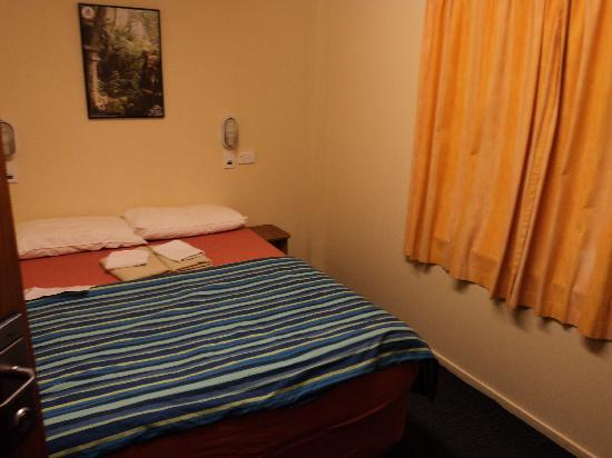 YHA Wellington: double room - shared bathroom