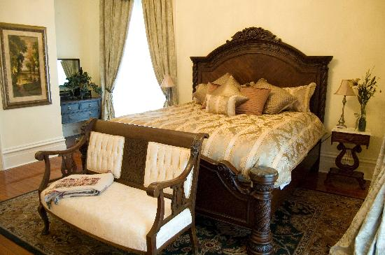 Thibodaux, LA: One of our many lovely rooms