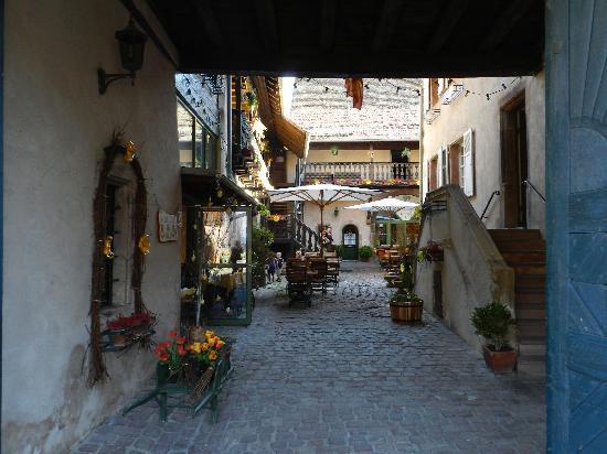 Bergheim, France : La cour