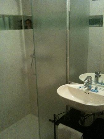 H2OTEL Rotterdam : Clean bathroom