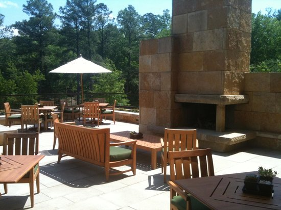 The Umstead Hotel and Spa: Outdoor fireplace -bar terrace