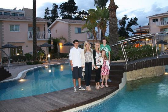 Tasia Maris Gardens Apartments: Pool in the evening