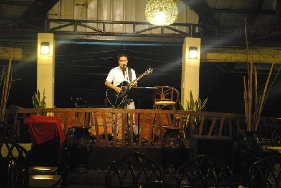 Panagatan Seafoods Restaurant: music is provided by an acoustic band