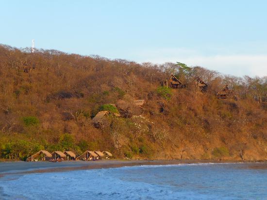 Morgan's Rock Hacienda and Ecolodge : La plage et les bungalows au dessus