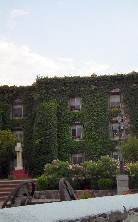 Posada de la Aldea: Fachada de las habitaciones en el jardín exterior