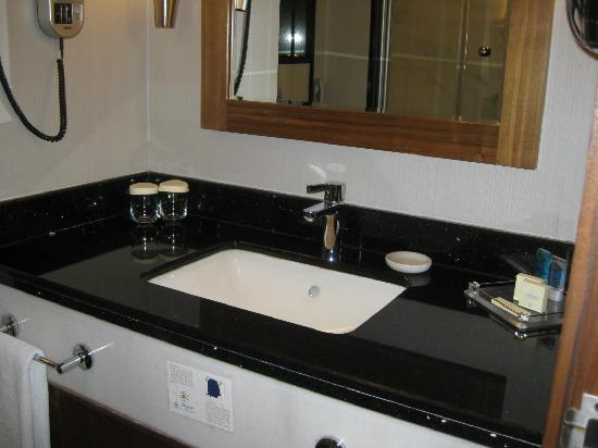Dedeman Konya Hotel & Convention Center: Bathroom vanity basin