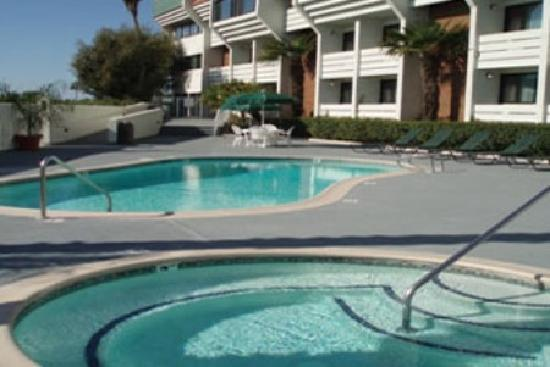 Country Inn & Suites By Carlson, Ventura: Pool and Jacuzzi