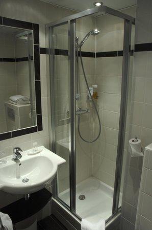 Hotel Carladez Cambronne: Salle de bain avec douche