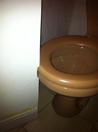 Hotel Kalliste: porte des toilettes découpée