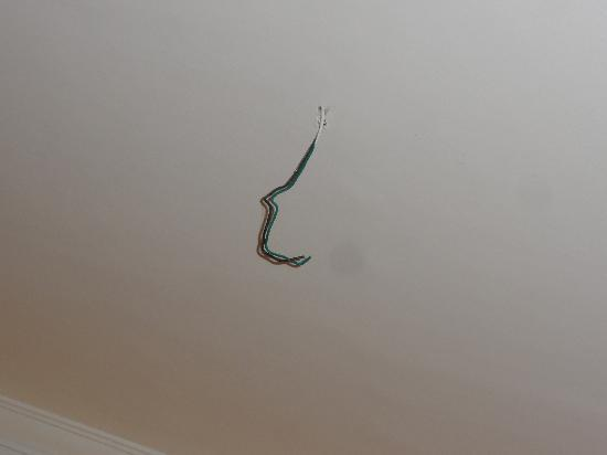 San Remigio Beach Club Hotel : ceiling with wires hanging out