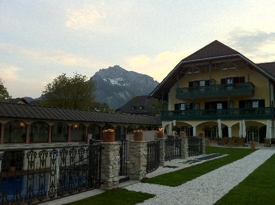 Hotel Friesacher: La struttura vista dal giardino al tramonto