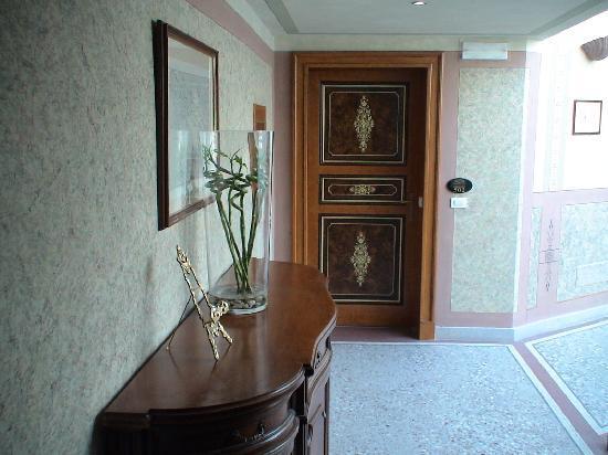 Porte d\'entrée de l\'appartement - Picture of Deminka Palace, Prague ...