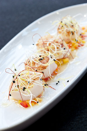 Sea Me - peixaria moderna Chiado: Seared sea scallops with mango relish and flor de sal