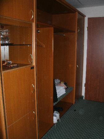 Novotel Gera: rießen Kleiderschrank - mit Minibar