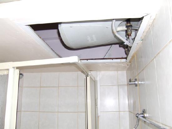 Sammy's Hotel: Shower Ceiling