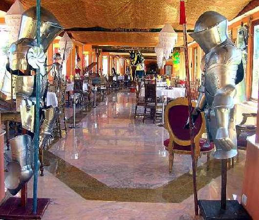 Hotel Villa Excelsior: La entrada del restaurane regresando de la iglesias, las velas y todo eso