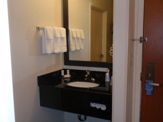 Fairfield Inn Fayetteville : Separate sink from shower area