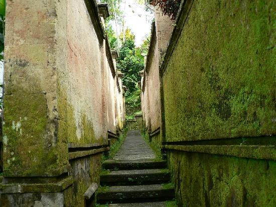 Pita Maha Resort and Spa: Walkway between villas.  Weathering adds to the atmosphere.