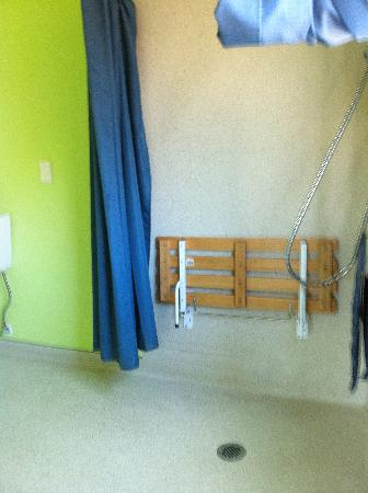 Tasman Bay Backpackers: bathroom