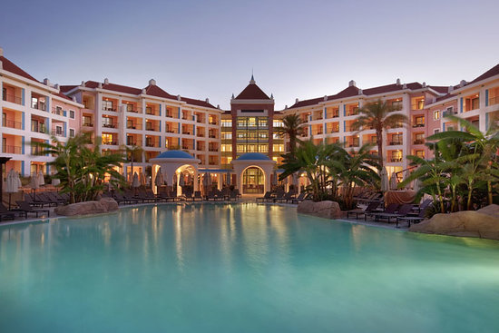 Hilton Vilamoura As Cascatas Golf Resort & Spa: Hotel Exterior at dusk
