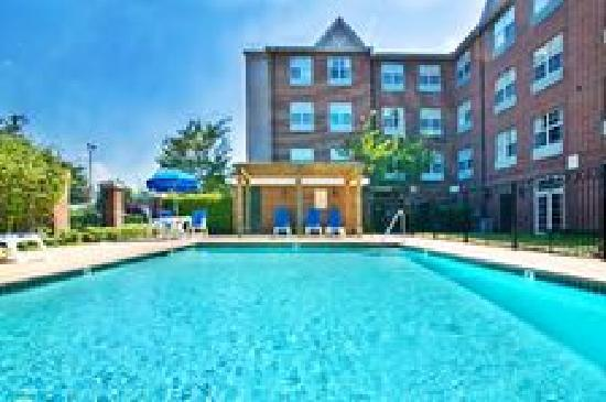 Holiday Inn Express & Suites Dallas-Addison: pool area