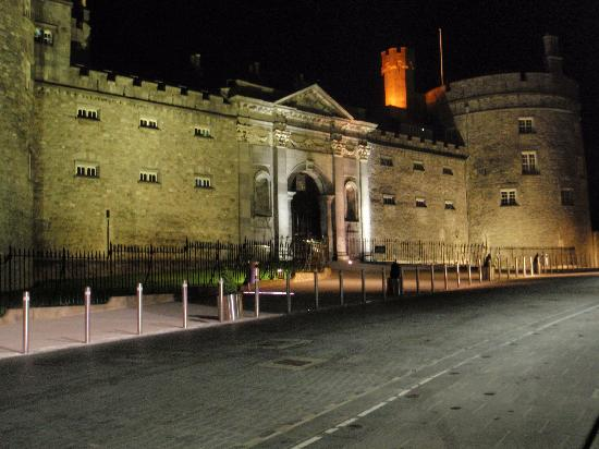 Kilkenny, Irlanda: Castle at Night 2
