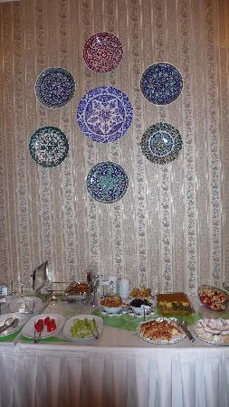 Hotel Darussaade Istanbul: The breakfast room: full with traditional and delicious Turkish cuisine