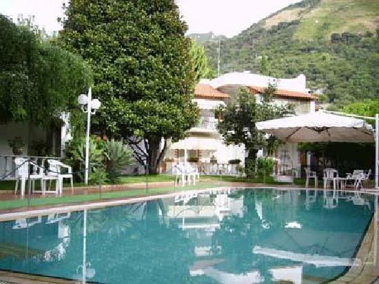 Villa Le Magnolie: Vista dell'Hotel dalla Piscina