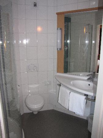ibis Delemont Delsberg : Bathroom