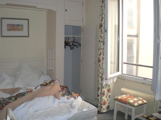 Hotel de Suez: Zimmer für zwei mit einem Fenster in den Hof