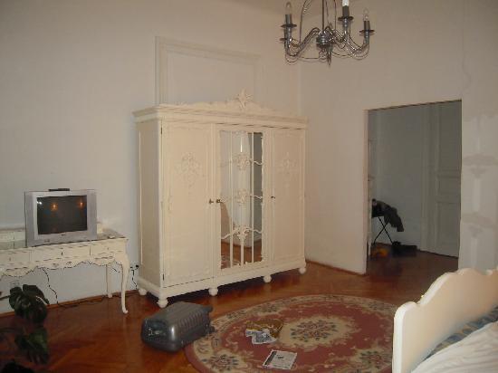 Hotel Kalvin House: Chambre spacieuse