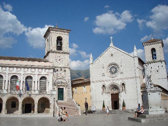 Norcia, Italy: piazza di san benedetto