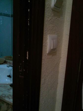 Hotel Monarque Fuengirola Park: marco de puerta rozado y mas..