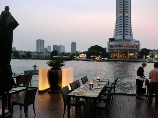 Royal Orchid Sheraton Hotel & Towers : 川辺のレストラン