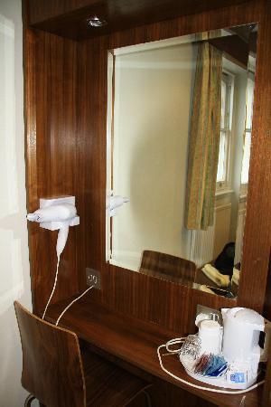 Wedgewood Hotel: asciugacapelli in stanza e angolo the